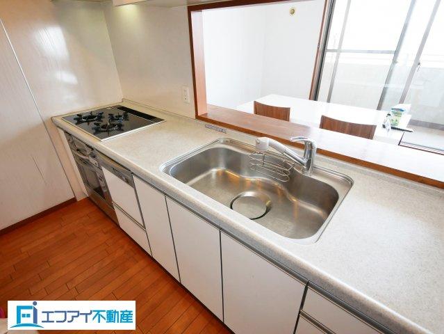 食洗器付きのキッチンです。料理をしながらお部屋全体が見渡せます。