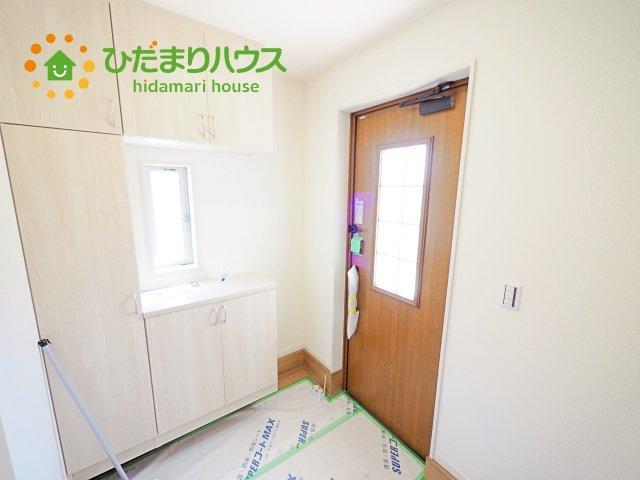 毎日「行ってきます」「ただいま」をいう玄関は小窓付で、明るく光が差し込みます。