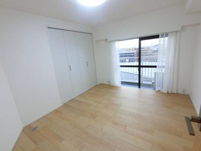 6.0帖の洋室は主寝室にいかがでしょうか。 バルコニーに面しており風通し◎