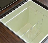 床下収納 高い剛性でたわみが少ないキッチン床下収納。荷重100kgまで耐えられるので、買い置きの調味料や非常食などを保管できます。