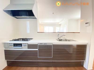 清潔感のあるホブラウンカラーのシステムキッチンです。今大人気の対面式キッチンで、家族で会話をしながら、お料理も楽しめますね♪