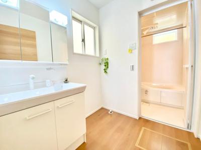 三面鏡洗面ドレッサーで収納も充実!朝の支度やメイクタイムなども大きな鏡で、気分が上がりますね!光の差し込む明るい空間で、1日を心地よく♪