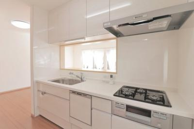 食洗機付きの対面式キッチンです