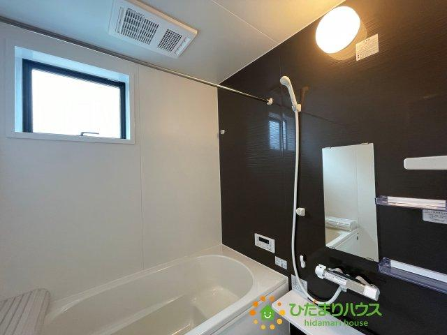 黒のアクセントクロスがオシャレな浴室です!便利な浴室乾燥機付き♪