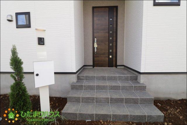 階段付きのお洒落な玄関♪毎日お家に帰るのが楽しみになりますね♪