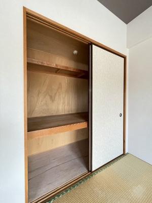 リビングダイニングキッチンにある収納スペースです!かさ張るお掃除用品などもすっきり収納できて便利!