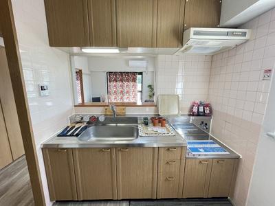 ガスコンロ設置可能のキッチンです☆窓があるので換気もOK♪場所を取るお鍋やお皿もたっぷり収納できてお料理がはかどります!