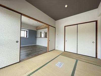 玄関を入って左側にある洋室5.7帖のお部屋です!子供部屋や書斎・寝室など多用途に使えそうなお部屋です♪