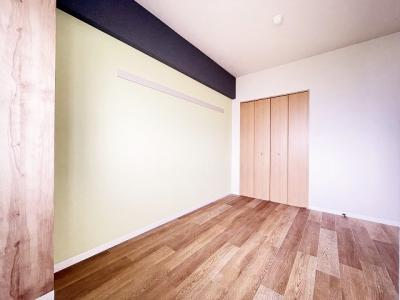 玄関を入って右側にある角部屋二面採光洋室5帖のお部屋です!ベッドを置いて寝室にするのもオススメです☆