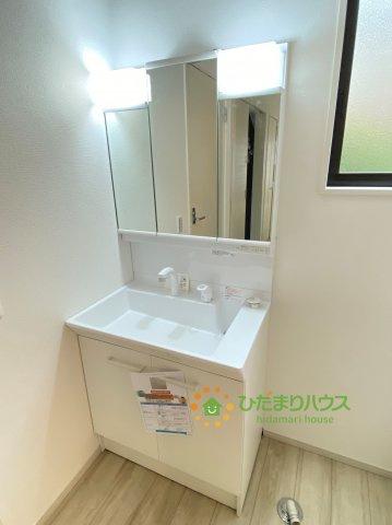 鏡の後ろは収納棚!!散らかりがちな洗面所もスッキリ見せてくれますね。