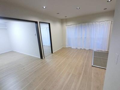 11.5帖のリビングは壁付けタイプのキッチンでお部屋を広くお使いできます。 リモートワーク対応のワークスペースを新設♪