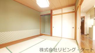 約6帖の和室には押入と床の間つき