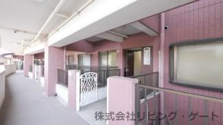 玄関前 外廊下に面する部屋が無いのでプライバシーが守られた造りです。