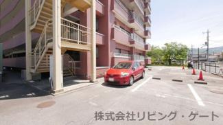 当お部屋の駐車場(赤い車が止まっている場所)。部屋までは10秒です。