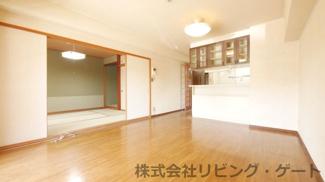 約13.8帖のリビング。和室を開け放つと約20帖の広々空間