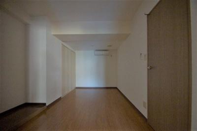 明るい色の床材を使用したお部屋です。