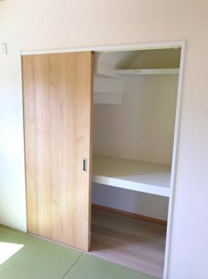 和室の収納です♪階段下のスペースを利用しているので少し天井の低い箇所はありますが、十分な収納力です♪