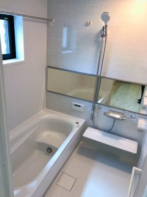窓があり明るい光が入る浴室です♪カワック付きなので、雨の日の洗濯も安心です♪