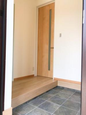 玄関スペースは広く、入って右手にシューズボックスございます♪