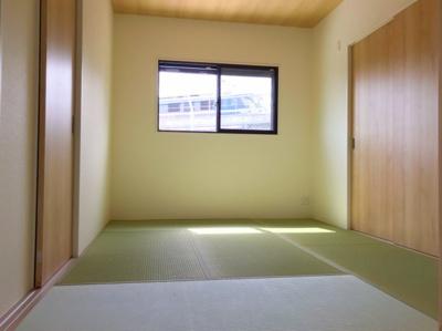 LDK横の和室です♪左手の扉が玄関ホール、右手の扉が収納です♪