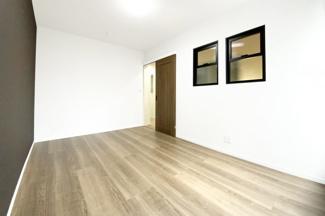 《梁天井》にキッチンスペースは《折り下げ天井》とお洒落な内装♪室内窓もあります(^^♪