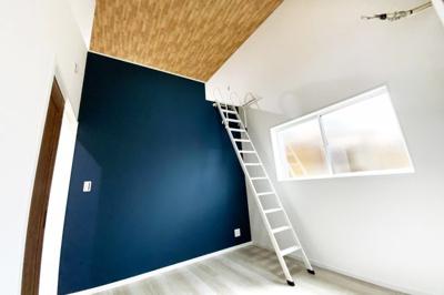 2階の居室は3部屋あり、広い《ロフト》のあるお部屋があり、勾配天井には《天窓》が付いています。バルコニーのあるお部屋にはお洒落な《室内窓》がありますよ\(^_^)/