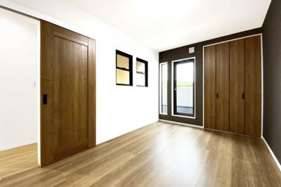 リビング部分とキッチンスペースの2ヶ所に《床暖房》があり、足元からポカポカ快適♪ご家族が自然と集まるリビングです。