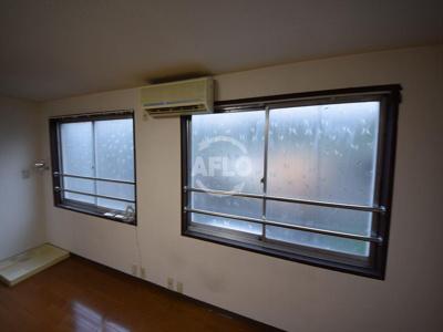 吉田ビル 大きな開放感のある窓