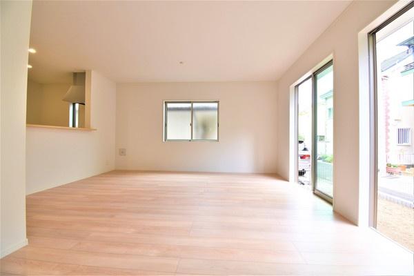 どこか落ち着きのある内装の18.5帖リビングです! 形もよく家具の配置もしやすいです!