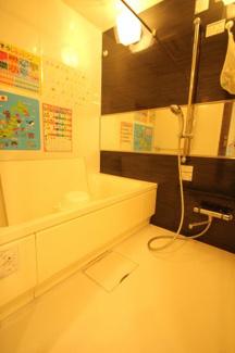 浴室です。当然、追炊機能、浴室乾燥機も付加されておりますのでゆっくりお寛ぎできそうですね。