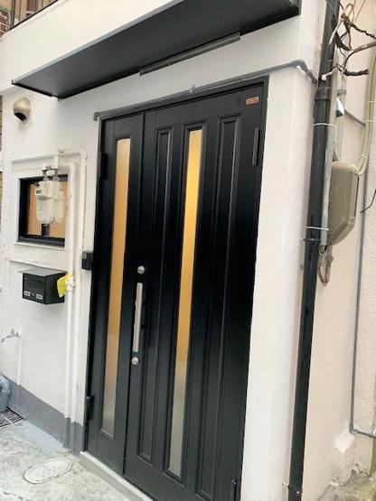リフォームで新調した玄関扉はWロックで防犯面も安心です。 郵便受けもついてます!