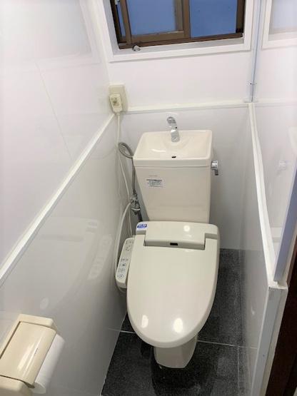 白を基調とした清潔感のあるトイレです。温水洗浄便座で寒い冬も快適ですね♪ リフォームしていますので、安心してお使いいただけます!!