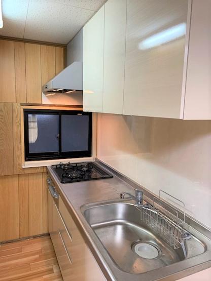 キッチンはリフォーム済で大変綺麗です♪ 3口コンロだと、調理効率も上がりますね♪