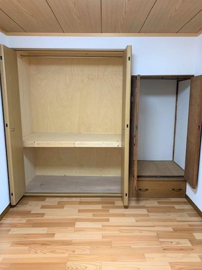 2階の北側の洋室にある収納です。 奥行もあり、大容量です。布団などもすっきり収納する事ができますよ。
