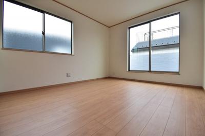 約7.5帖の洋室。2面採光で明るいお部屋をどんなお部屋として使うかはあなた次第です。