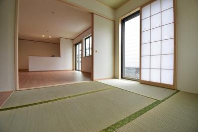 リビング横の和室は約5帖。お子様のお昼寝や客間などシーンに合わせてお使いいただけます。