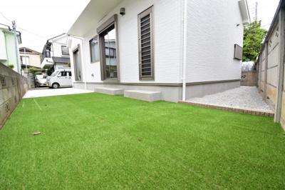 南向きの専用庭は人工芝敷きでお子様のビニールプールやBBQなど楽しめそうなスペースです。