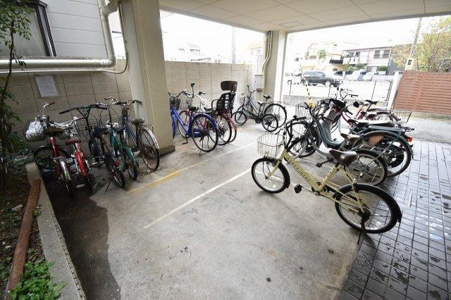 自転車は屋内に駐輪可能です。