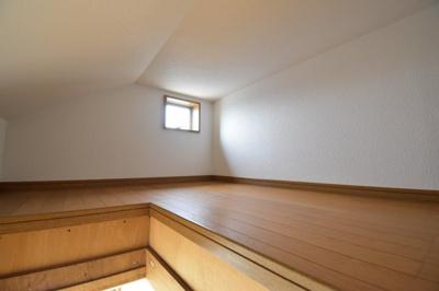 小屋裏収納付きなので、普段使わないものや季節物などを収納するのに便利ですね。