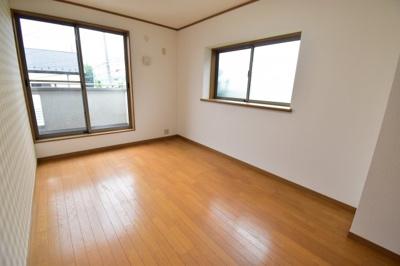 全室南西向きで陽当たり開放感ともに良好です。各居室収納完備で使いやすい間取りになっております。