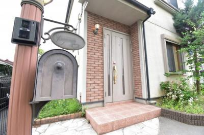 レンガ張りの暖かな印象の玄関はお家の雰囲気を表している家の顔。