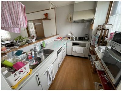 毎日洗い物がたくさん出てしまう大家族でも、食器洗い機付のキッチンなら心強いですね。スペースをとらないビルトインタイプを採用しています。洗い物の手間を軽減して、その分家族団らんの時間をお過ごしください