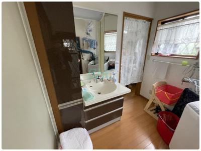 目線に合わせた三面鏡付洗面化粧台を採用しました。三面鏡の裏側には収納棚を確保。スキンケア用品やヘアケア用品などをすっきり整理できます。また収納棚を多く設けており、脱衣スペースを広く確保しております。