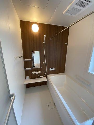 浴室換気乾燥暖房機付きのゆったり一坪サイズ浴室。オールシーズン快適なバスタイムが実現します ※令和3年5月上旬 現地撮影