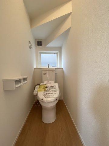 1Fトイレ 1階と2階、各階に設けられたトイレは、家族で混みあいがちな忙しい朝にとっても便利。 ※令和3年5月上旬 現地撮影