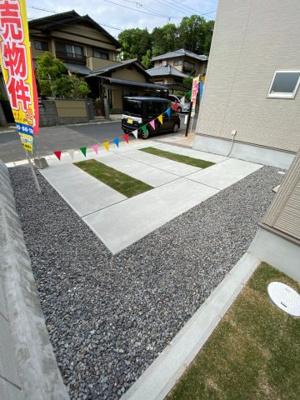 普通車2台が並列駐車できるゆったりとした駐車スペース ※令和3年5月上旬 現地撮影