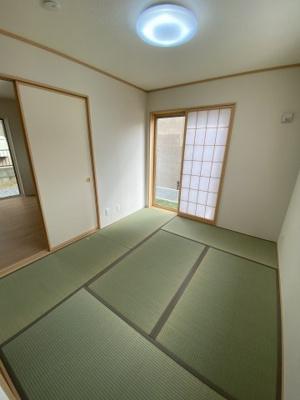リビングから続き間になった和室。廊下からも直接出入りできる2WAYの動線なので、個室として、リビングの延長として、様々な用途に便利にお使いいただけます ※令和3年5月上旬 現地撮影