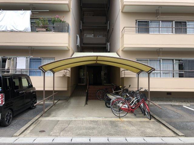 マンション入口です。駐輪スペースがあります。