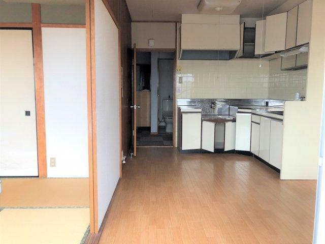 キッチン、居間です。