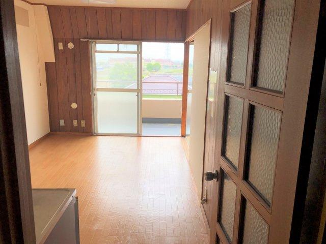 リノベーションにもおすすめ♪一宮市大和町戸塚 戸塚マンションA棟405号室です。南のバルコニーから陽の光が入り、明るい室内です。